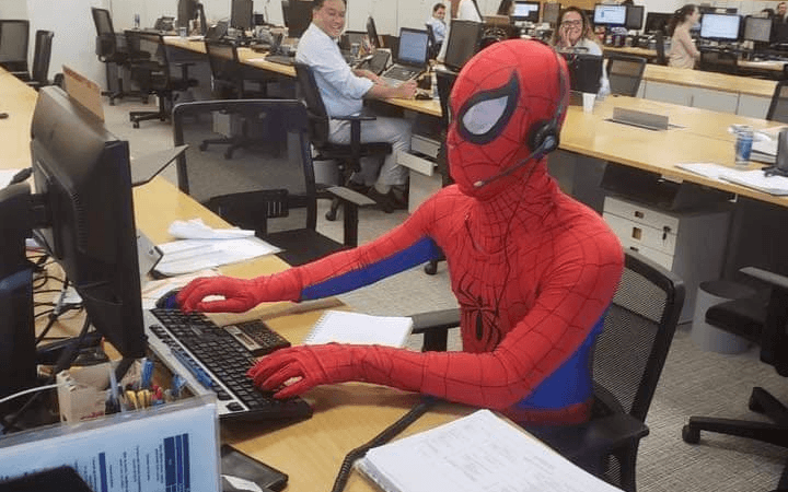 Bancário vai fantasiado de Homem Aranha no seu último dia de trabalho