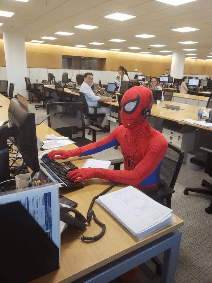 Bancário vai fantasiado de Homem Aranha no seu último dia de trabalho 1