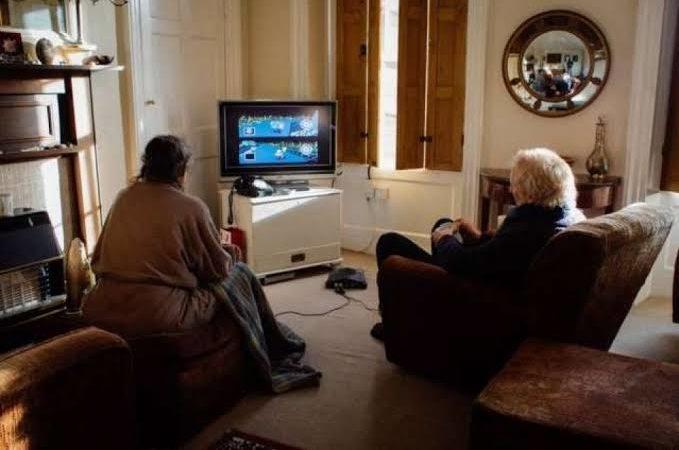 Casal de idosos jogam Mario Kart para ver quem vai fazer o chá da tarde