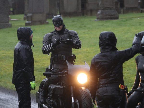 Novas fotos do set de The Batman mostram o uniforme completo do Homem Morcego 7