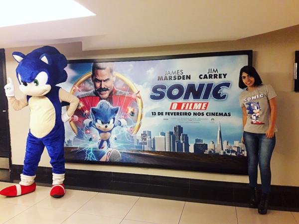 Sonic RJ posa para a foto junto com sua auxiliar Vitória Cavalcante